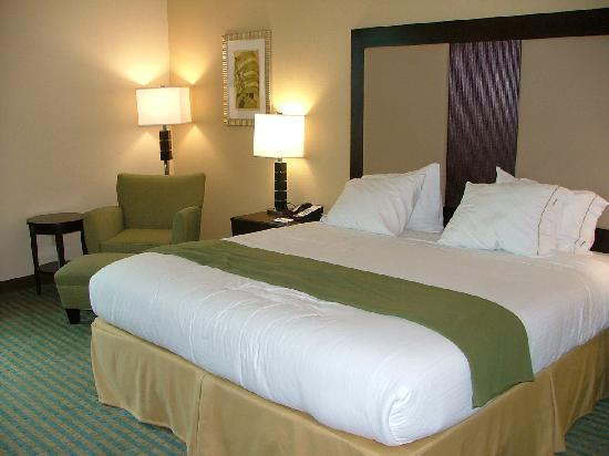 Holiday Inn Express Hotel & Suites Gulf Shores: Comfortable queen-sized bed with plenty of pillows.