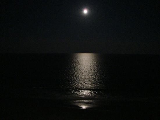 Sea Watch Resort: Full Moon Over The Atlantic :) &lt;3