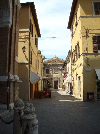Senigallia, Italie : alleyway in town 