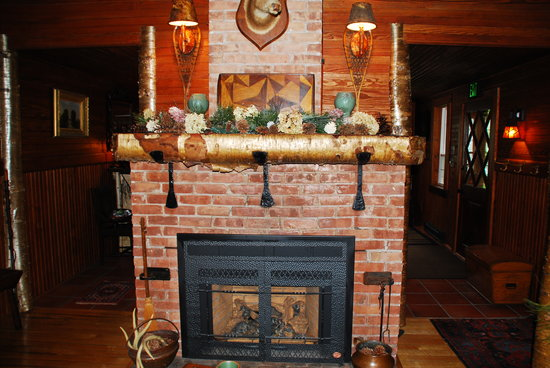Stagecoach Inn: Cozy Living Room Fireplace