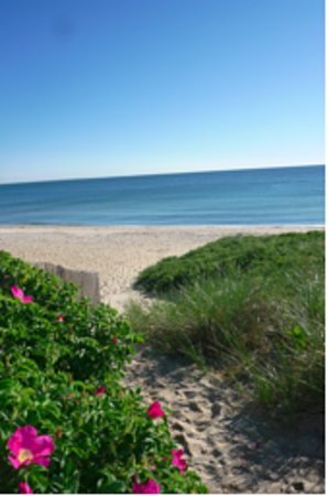 Oak Bluffs, Μασαχουσέτη: The beach - a 2 minute walk from the Inn