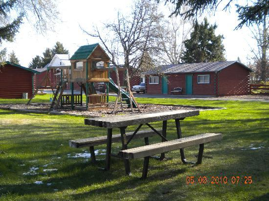 Z-Bar Motel: picnic and play area