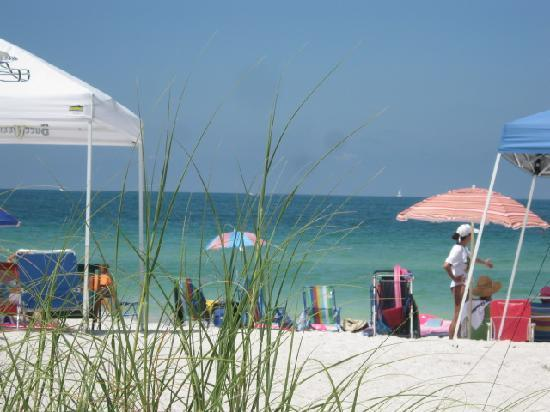 White Sands Beach Resort: Beautiful white sandy beach right out the rooms
