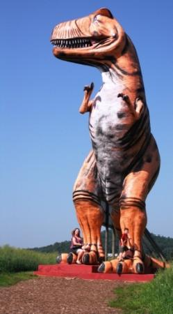 Cave City, KY: Huge dinosaur they let you take a picture with
