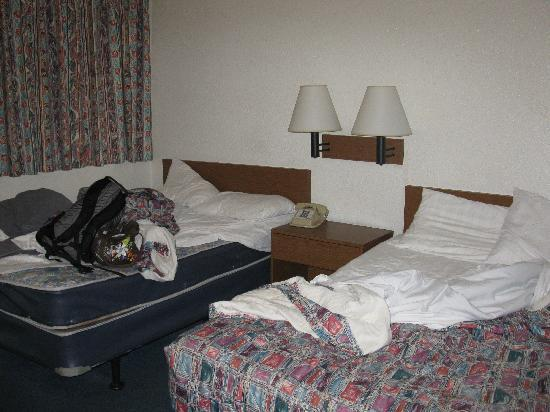 Quad City Inn: Double beds - check the stain
