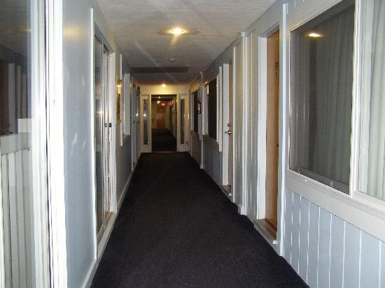 SeaCoast Inn: corridor with huge windows you can open