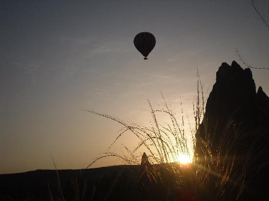 Sarigerme, Tyrkia: balloon at dawn from patio