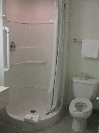 Motel 6 Columbus East: Washroom