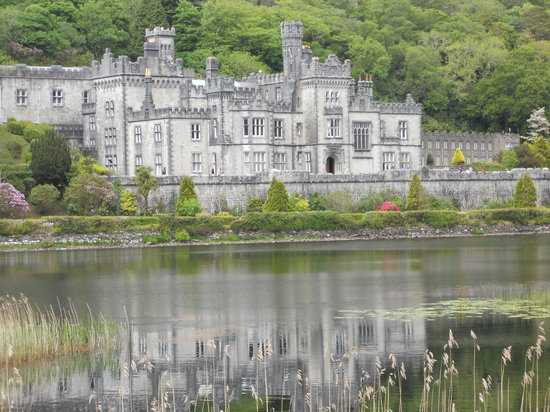 Galway, Irlanda: Kylemore Abbey, and attraction to be seen on the Connemara Tour