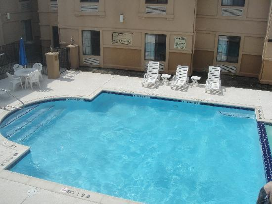 Comfort Inn & Suites DFW Airport South: Piscina y jacuzzi