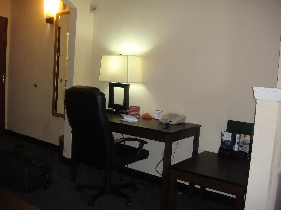 Comfort Inn & Suites DFW Airport South: Escritorio