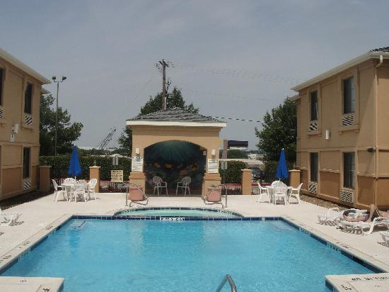 Comfort Inn & Suites DFW Airport South: La piscina, un placer