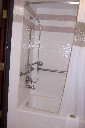 ‪‪Drury Inn & Suites Springfield‬: shower showing handset‬