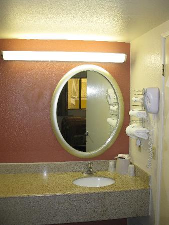 Red Roof Inn Gallup: Room 116 - Sink area