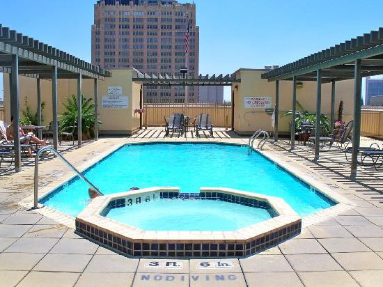 Drury Inn &amp; Suites Riverwalk: Roof top pool