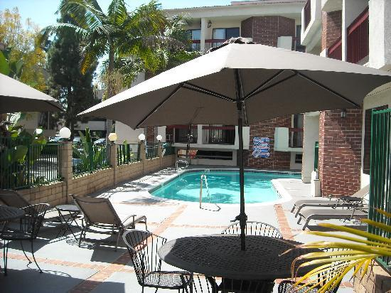 Quality Inn & Suites Irvine Spectrum: Inviting and refreshing pool area