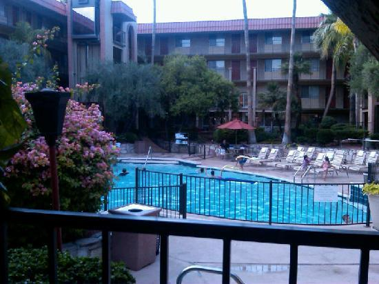 Embassy Suites Phoenix Airport at 24th Street: pool area