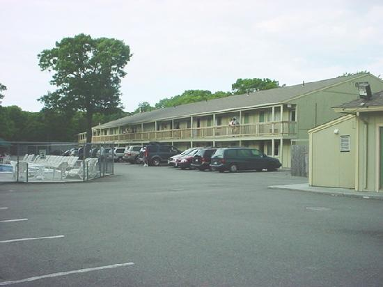 Town &#39;n Country Motor Lodge: Main rooms building and outdoor pool