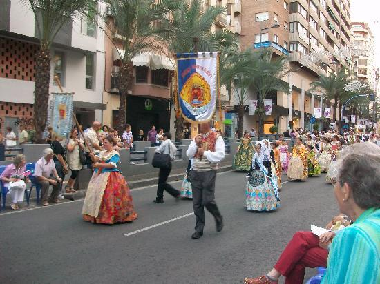 Alicante, Spanien: Sfilata in costume tipico