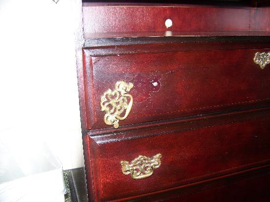 Holiday Inn Philadelphia - NE Bensalem: Defect on furniture