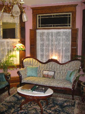 Trimmer House Bed and Breakfast: victorian sitting room at the Trimmer