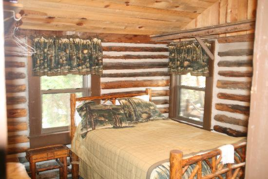 South Fork Mountain Lodge: One of the bedrooms in our cabin