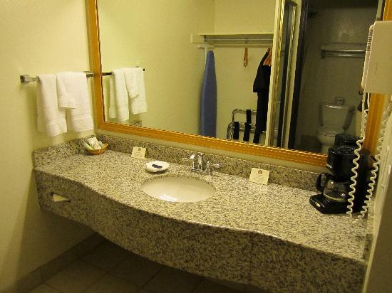 BEST WESTERN Inn: Vanity outside Bathroom
