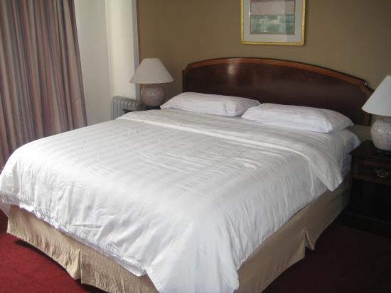 Nash Hotel: King Size Bed