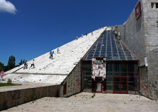 Albanie : Kids on the derelict Pyramid, Tiran 