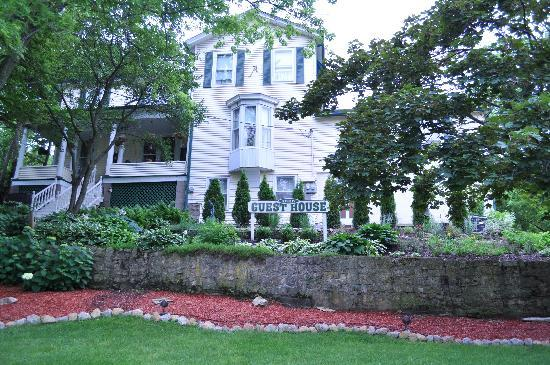 Avery Guest House Bed and Breakfast: Charming 1848 Bed and Breakfast