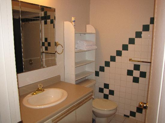 All Seasons Accommodations: Bathroom