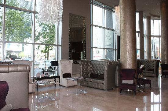 Hotel Le Crystal: lobby - great sitting area to watch beautiful guests