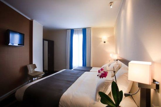 triple room picture of doisy etoile hotel paris tripadvisor. Black Bedroom Furniture Sets. Home Design Ideas