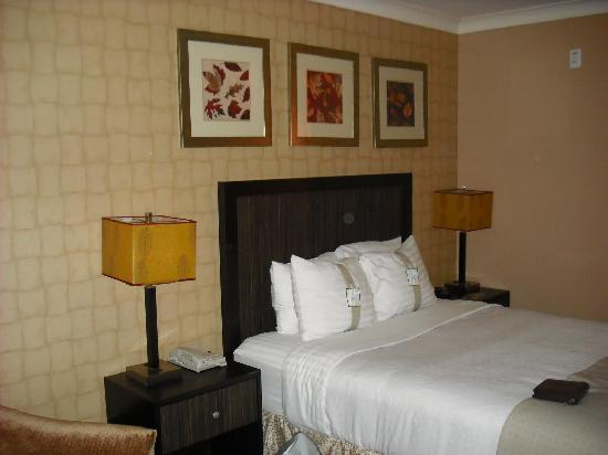 Holiday Inn Truro: Comfortable bedding w/ great pillow selection