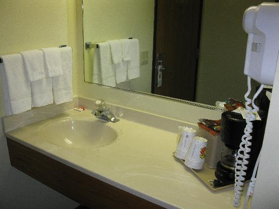 Super 8 Indianola/Des Moines Area: Room 115 - Sink Area
