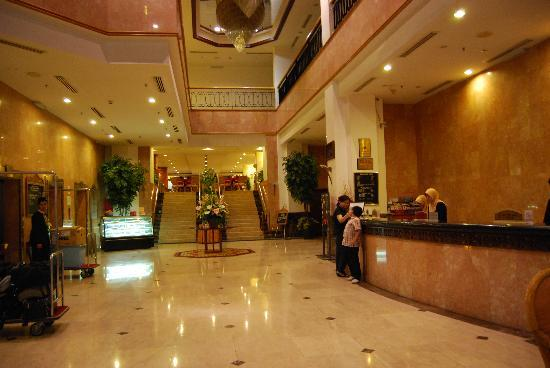 Hotel Grand Continental: Lobby and front desk - looking in from the entrance