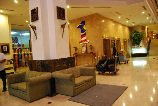 Hotel Grand Continental: Lounge area in the lobby, in front of the front desk