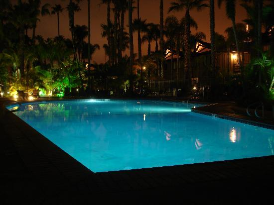 Humphreys Half Moon Inn & Suites: Pool area at Night