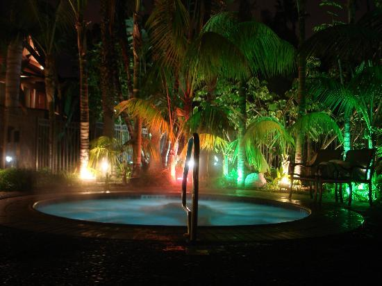 Humphreys Half Moon Inn & Suites: Hot tub at night