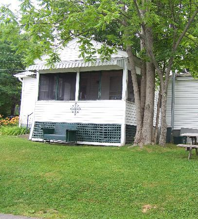 The Cozy Inn &amp; Cottages and Lakeview House &amp; Cottages: front of cottage