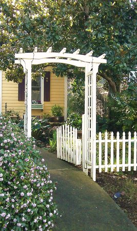 Hartman Inn: Garden Entrance to Magnolia Cottage