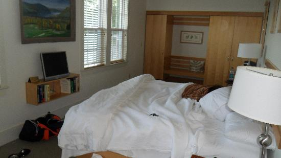 The Garrison -Inn, Golf, Restaurant & Events: Comfy Huge Bed