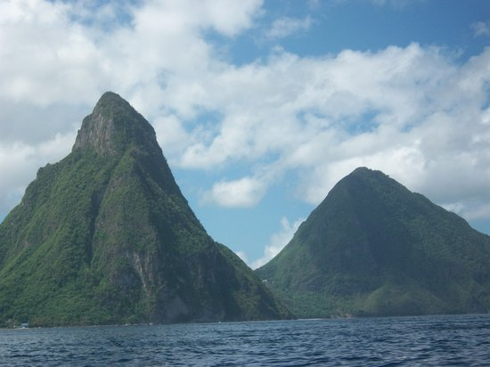 Castries, Sainte-Lucie : The Pitons view from boat
