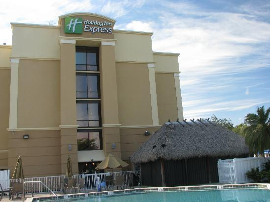 Holiday Inn Express Cape Coral/Fort Myers Area: Aussenansicht vom Pool aus