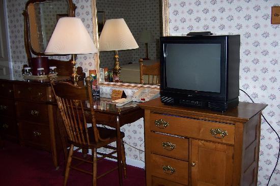 Parkway Inn: Desk, TV, dressers