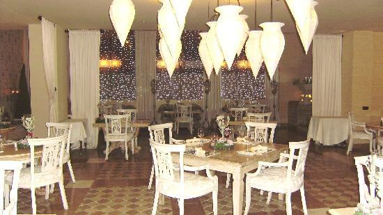 Royal Garden Villas: hotel restaurant