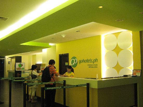 Mandaluyong, Philippines: Go Hotel's Reception - Reminds you of the Check In Counter of Airlines