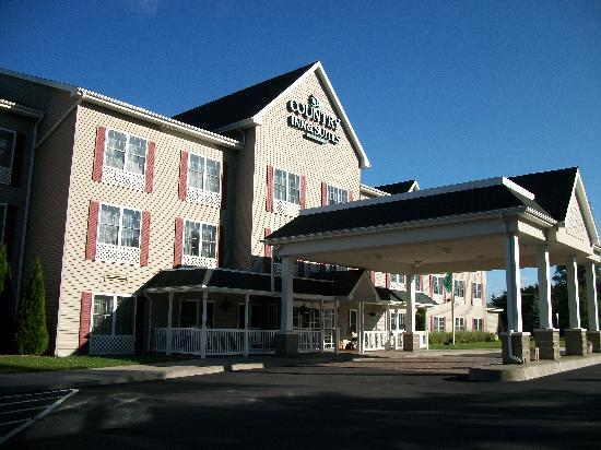 Country Inn & Suites By Carlson, Cortland: Front porch had rocking chairs