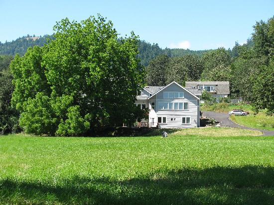 McKenzie Orchards Bed and Breakfast Inn: View of the B&amp;B from the river