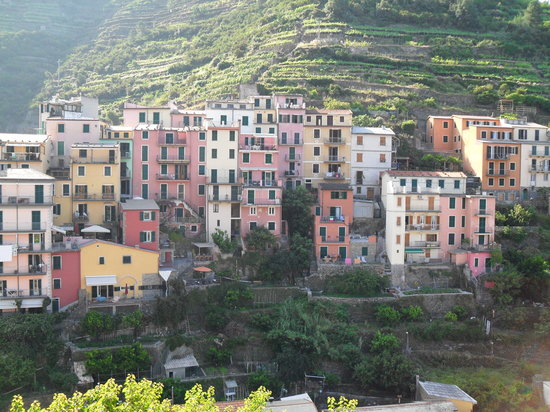 "Manarola, Italien: View looking at hotel....the ""dark red"" building"